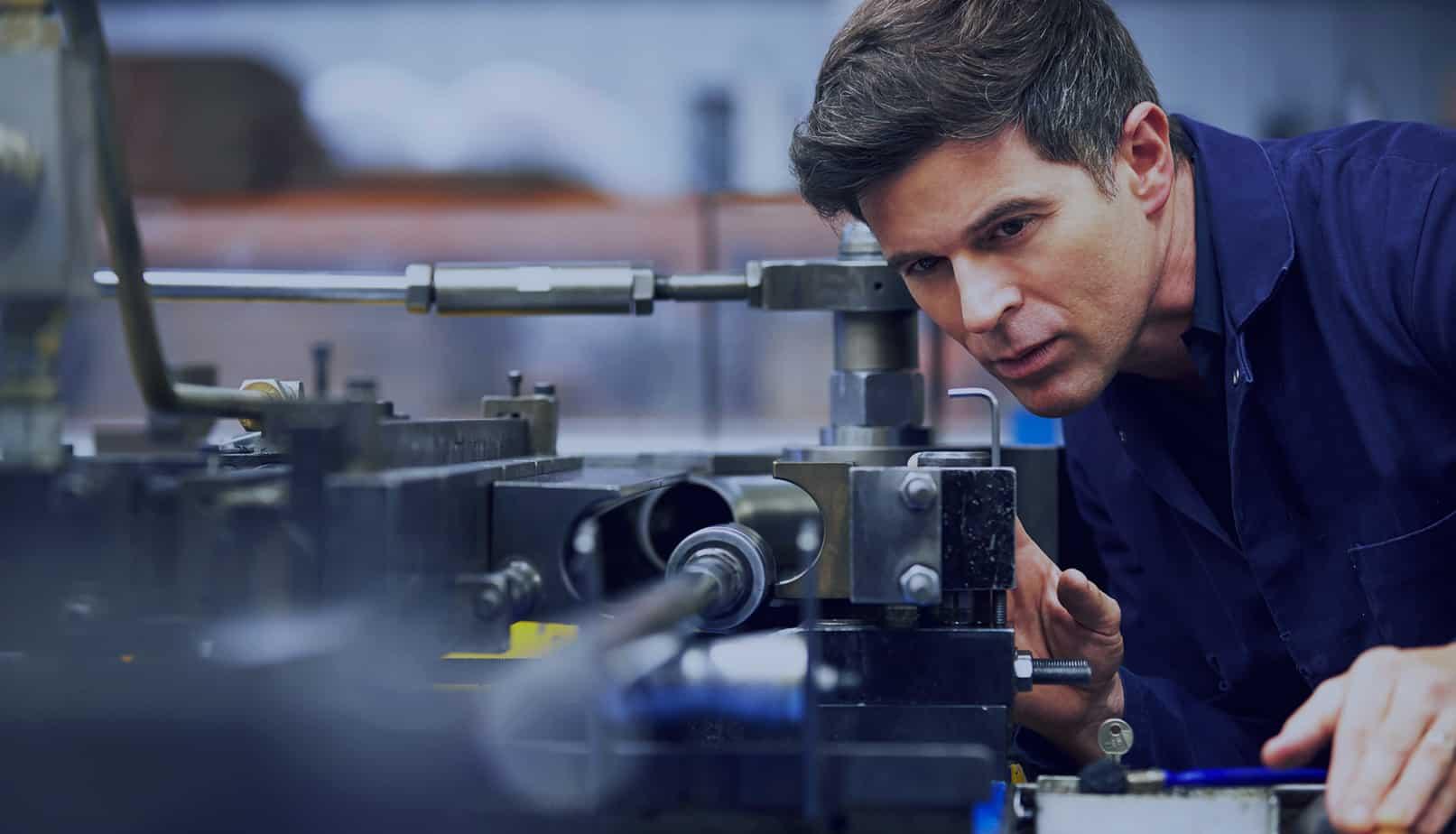 technicien procédant au test d'un système hydraulique